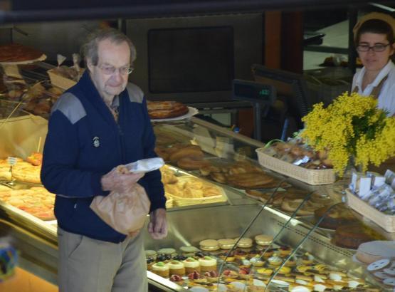 Guy Hamilton beim Einkaufen in Port d'Andratx.