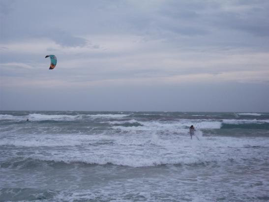 Derzeit präsentiert sich das Meer an der Playa de Palma reichlich aufgewühlt.