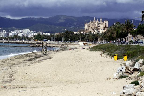 Der Stadtstrand von Palma, Can Pere Antoni, im Winter.