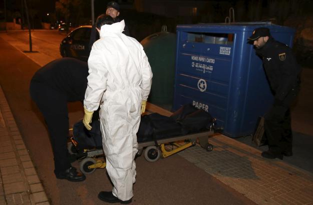 Mitarbeiter des städtischen Bestattungsunternehmens in Palma befördern die Leiche des 67-Jährigen zur Gerichtsmedizin.