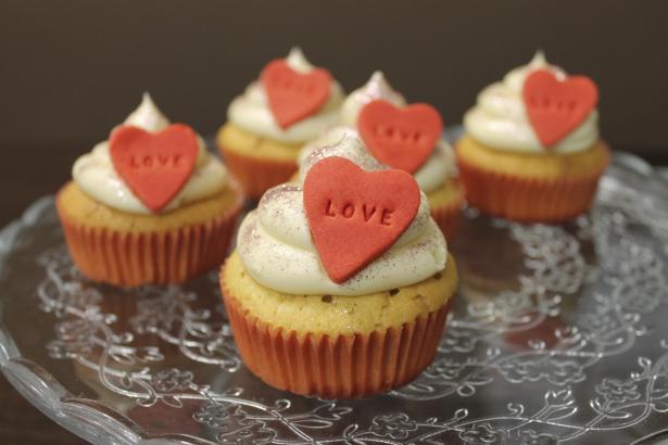 Duftender Valentinsgruß aus dem Backofen: Cupcakes mit Erdbeeren und Buttercreme.