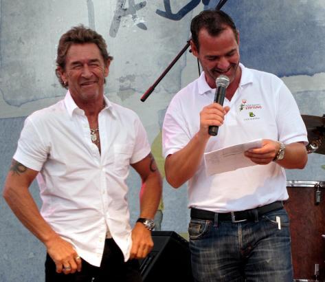 """Peter Maffay und der Geschäftsfïuhrer seiner Stiftung, Albert Luppart, bei einem der """"Hoffeste"""" des Rockstars."""