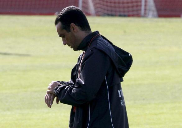 José Luis Oltra schaut während des Trainings auf die Uhr. Vielleicht ist seine Zeit bei Real Mallorca bald abgelaufen.
