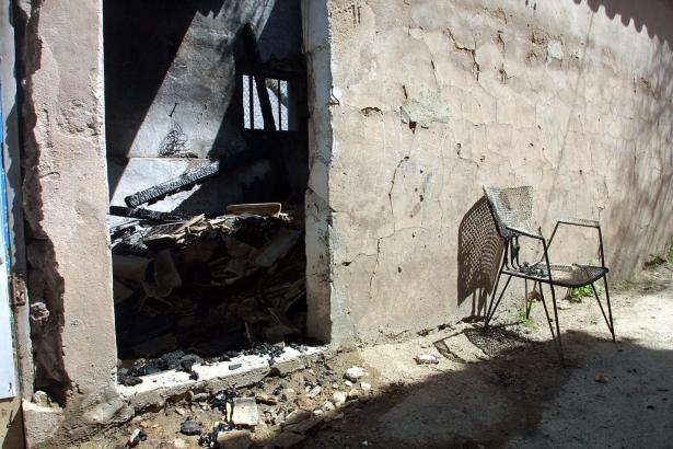Die Aufnahme aus dem Jahre 2005 zeigt eine Behausung, in der bis zu einem Brand Obdachlose gelebt hatten.