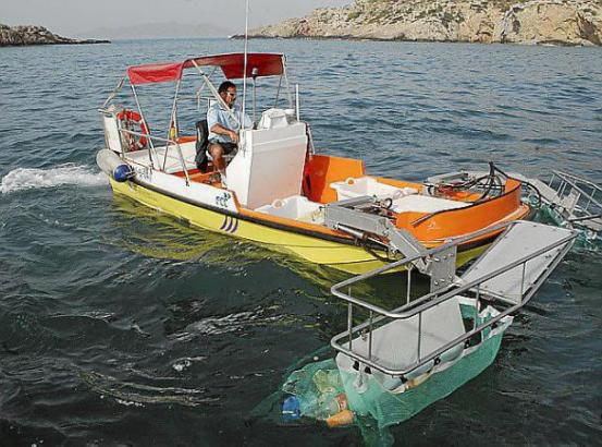Mit Booten wie diesem hier werden im Meer treibende Abfälle aus dem Wasser gefischt.