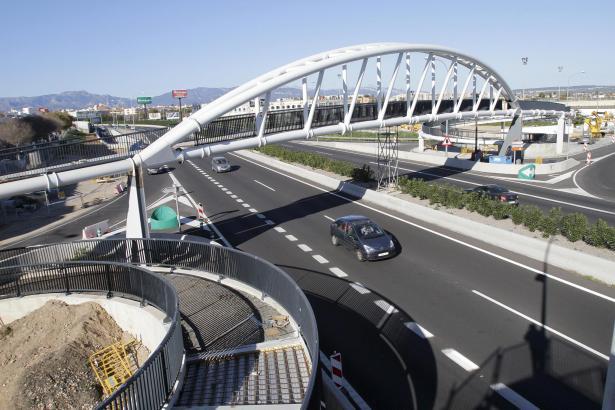 Die neue Fußgängerbrücke über der Vía de Cintura soll im März eingeweiht werden