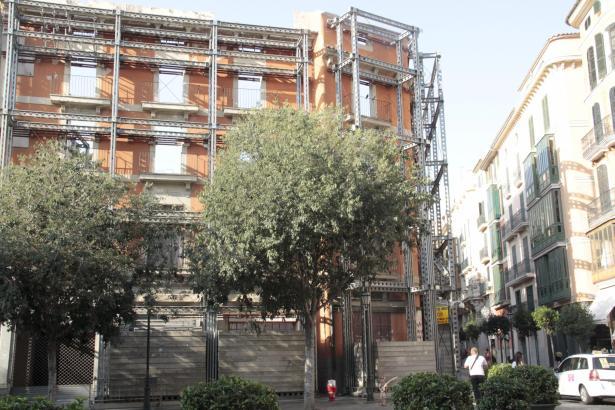 Bald keine leere Fassade mehr: Die Cappuccino-Gruppe errichtet in dem Gebäude am Rathausplatz eines neues Hotel.