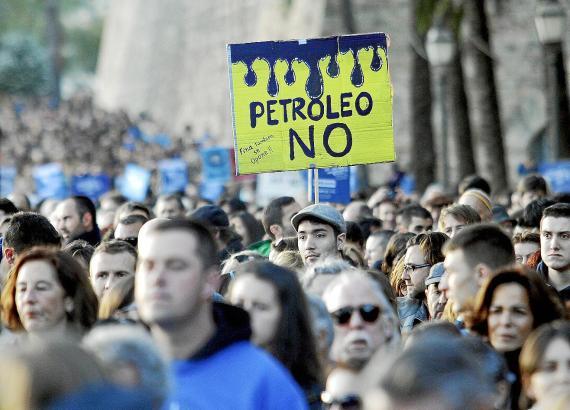 Rund 5.000 Menschen demonstrierten auf Mallorca gegen die Erdölsuche.