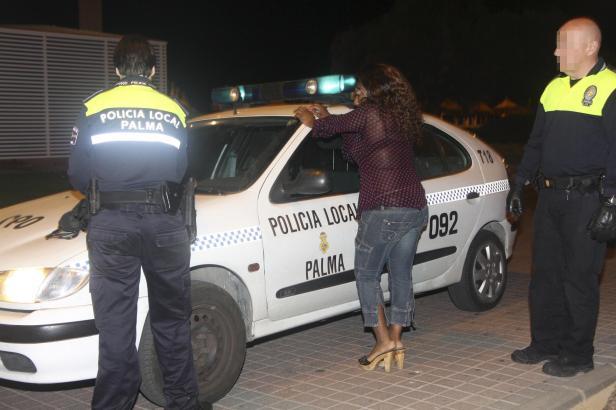 Bekanntes Problem: Archivbild einer Festnahme von Prostituierten auf Mallorca.