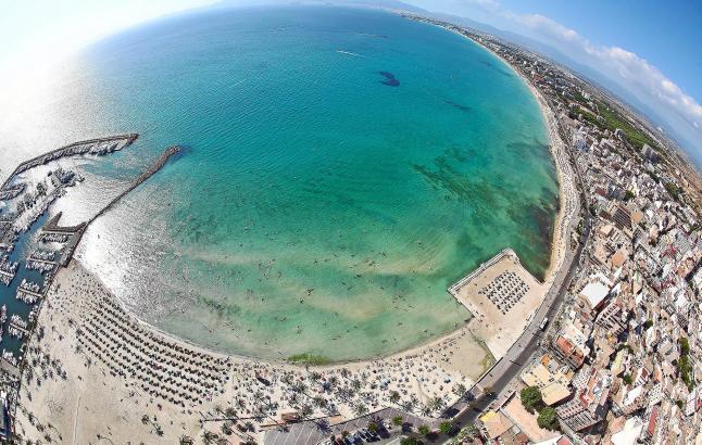 Die Playa de Palma aus der Perspektive eines Fisches im Schnabel einer Möwe: 4600 Meter Sandstrand und ein intensives touristisc