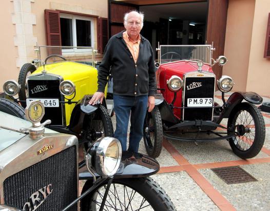 Antonio Batle mit seinen drei Lorycs: Der passionierte Auto-Fan pflegt die fahrtüchtigen Exemplare in einer eigens für sie erric