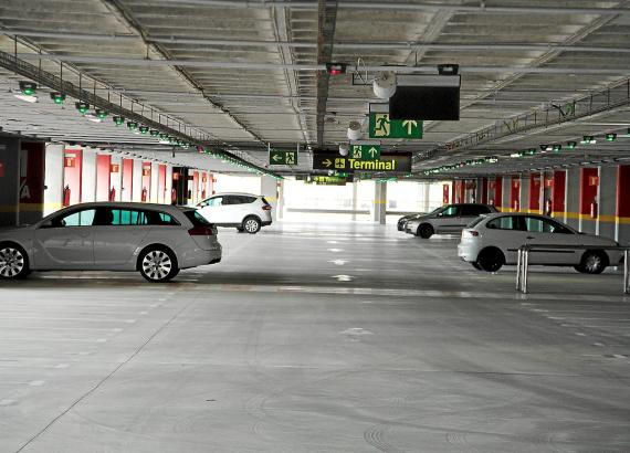 Umsonst parken gibt es am Flughafen nicht mehr, dafür eine neue Flatrate für das Parkhaus.