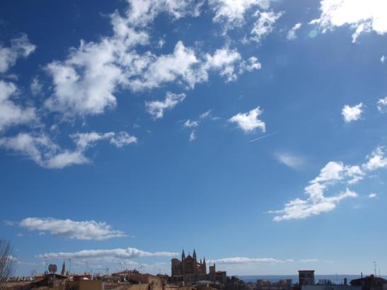 Blauer Himmel, mit einigen weißen Wolken über der Kathedrale von Palma.