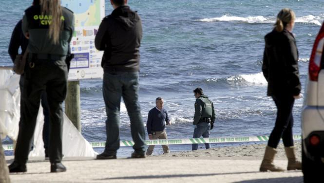 Beamte untersuchen den Strandabschnitt bei Can Picafort.
