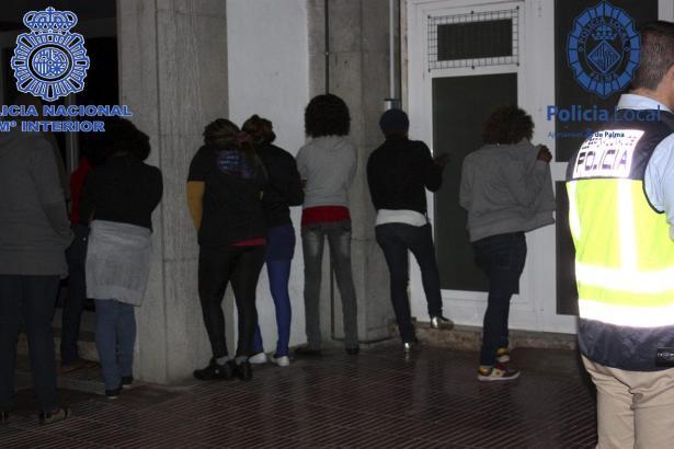 Festgenommene Straßenprostituierte aus Schwarzafrika nach der Polizeirazzia im Mai 2013 an der Playa de Palma.