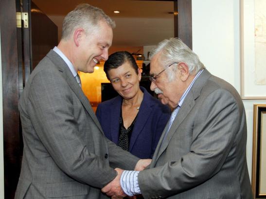 Botschafter Simon Manley (l.) mit Carmen und Pere A. Serra.