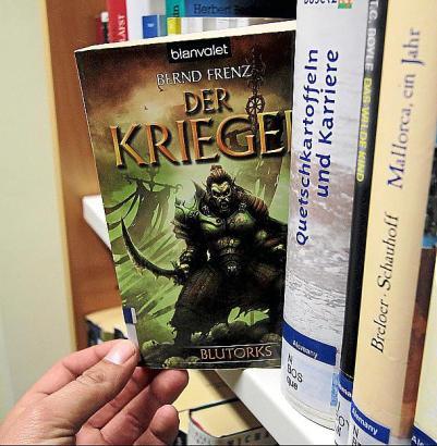 Im Untergeschoss der Stadtbibliothek Can Sales befinden sich auch zwei Regale mit Büchern auf Deutsch.