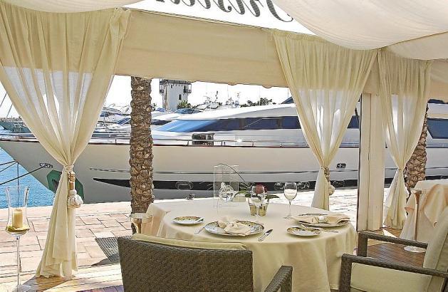 Speisen kann man nach wie vor mit Blick auf die Yachten von Puerto Portals.