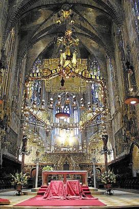 Beeindruckt die Kirchenbesucher auch heute noch: der von Gaudí angebrachte Baldachin.