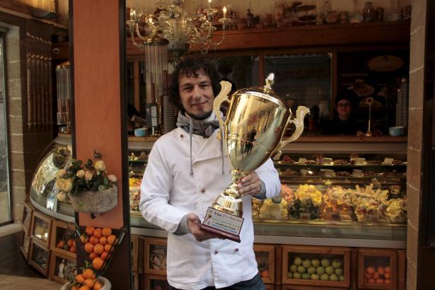 Beachtlicher Pokal: Giovanni Lasagna gewann dieses Prachtexemplar in Rimini.