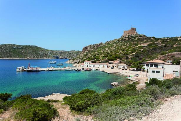 Die Bucht von Cabrera, aus Sicht der ehemaligen Militärbaracken.