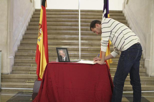 Auch in Palma de Mallorca liegt ein Kondolenzbuch für Suárez aus.