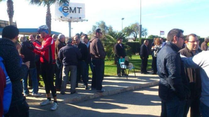 Die Generalversammlung der EMT-Abeiter fand unter freiem Himmel statt.