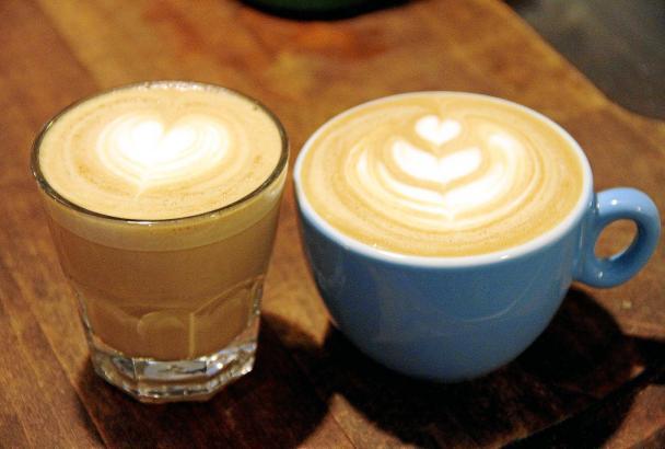 Neben dem richtigen Mahlen gehört zu einem guten Kaffee auch frische Milch.