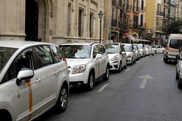 Die Taxifahrer fuhren im Kolonnentempo vor dem Balearen-Parlament auf.