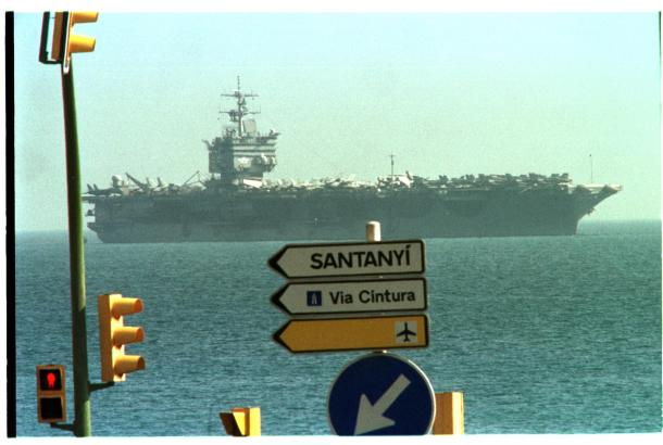 """Das Archivfoto zeigt den US-Flugzeugträger """"Enterprise"""" im Jahre 2001 vor Palma."""