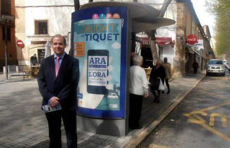 Der Verkehrsbeauftragte der Stadt Palma, Gabriel Vallejo, vor einem Plakat der App.