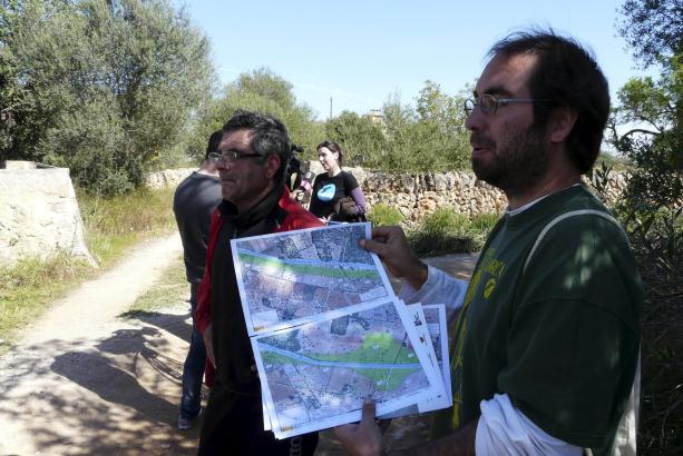 Mitglieder der Naturschutzorganisation GOB kritisierten vor Ort die Ausbaupläne der Landstraße Llucmajor–Campos.