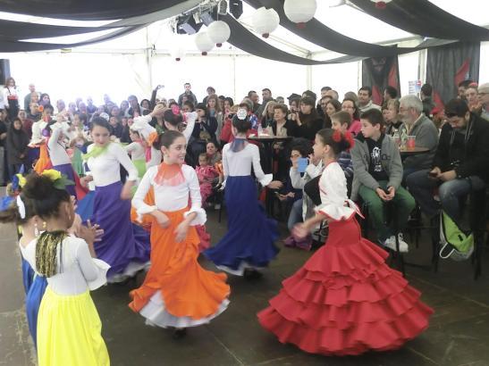 Mädchen beim Tanzen der Sevillana auf der Feria de Abril 2013.