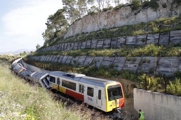 Der Zug war entgleist, nachdem ein Teil des Schutzwalls eingestürzt war.