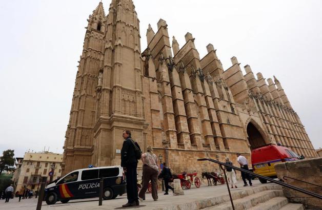 Viel Polizei, keine Touristen: Ein herrenloser Rucksack sorgte für einen Bombenalarm in und vor der Kathedrale.