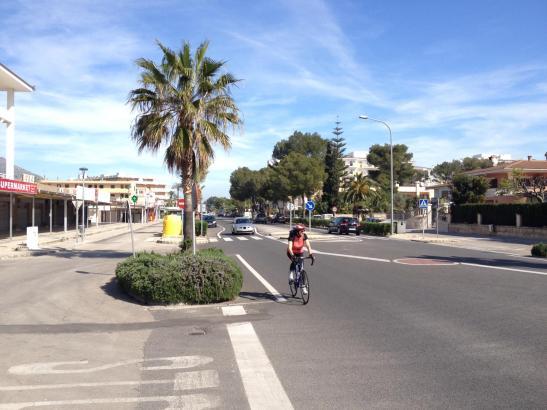 Der Boulevard soll den Plänen zufolge auf dem im Foto links zu sehenden Fahrstreifen neben der Hauptstraße entstehen.