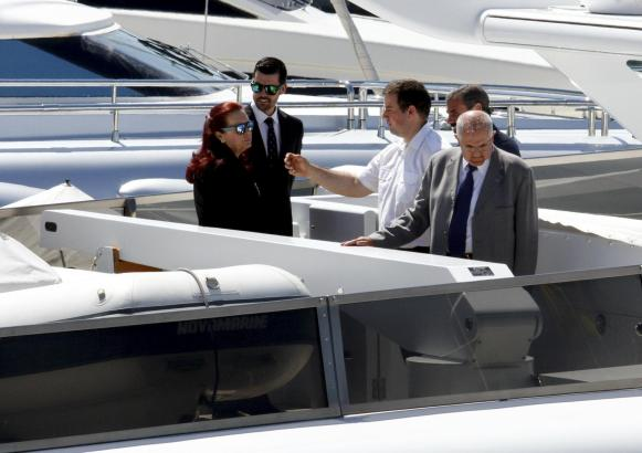 """Unternehmer José Pizarro (im grauen Anzug) begutatet die """"Foners""""."""