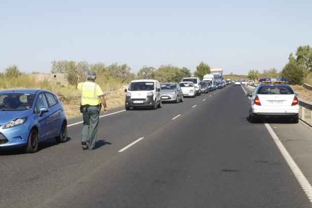 Archivfoto: Auf der Landstraße Llucmajor–Campos regelt die Polizei nach einem Unfall den Verkehr.