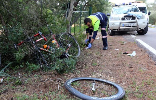 Polizisten untersuchen nach dem Abtransport des verletzten deutschen Radfahrers die Unfallstelle bei Alaró.
