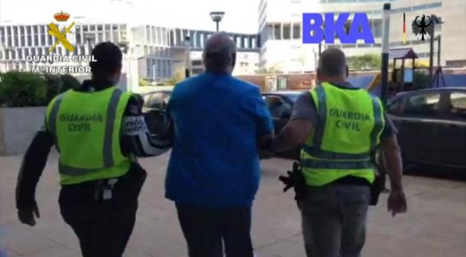 Polizeibeamte führen deun Festgenommenen auf Mallorca ab.