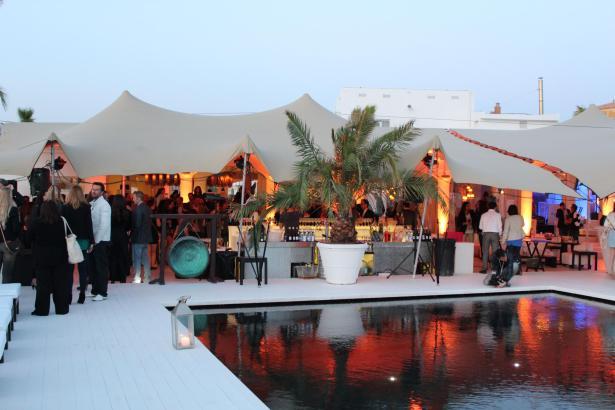 Eine traumhafte Terrasse inklusive Pool bietet der Puro Beach Club.