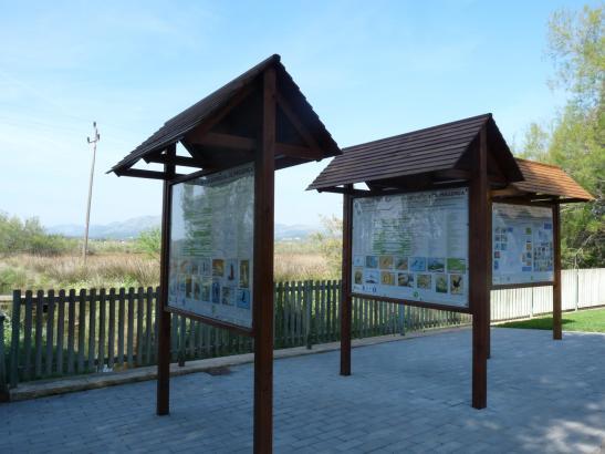 Tafeln informieren über die Flora und Fauna des Feuchtgebiets S'Albufereta.