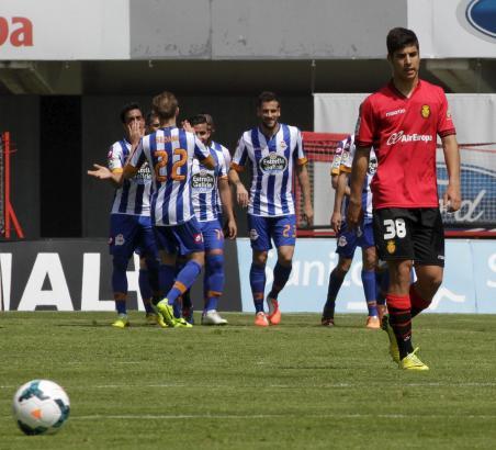 Marco Asensio (r.) dreht enttäuscht ab, im Hintergrund bejubeln Spieler von Depor einen der drei Treffer.