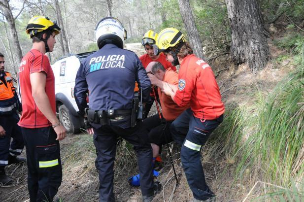 Einsatzkräfte von Polizei und Feuerwehr bergen den deutschen Wanderer.