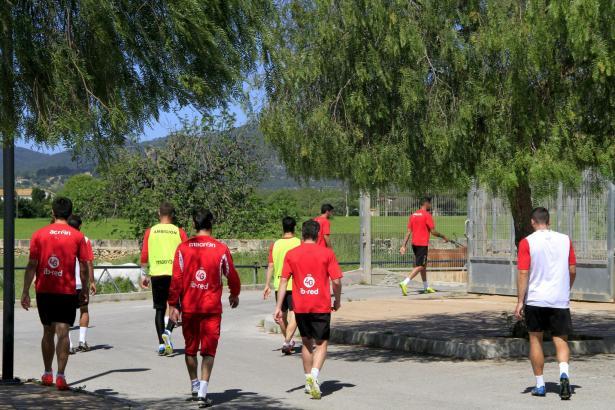 Ab zum Duschen: Die verdutzten Mallorca-Kicker mussten die Vormittagseinheit abbrechen.