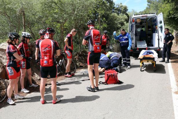 Der dänische Radfahrer wird erstversorgt.