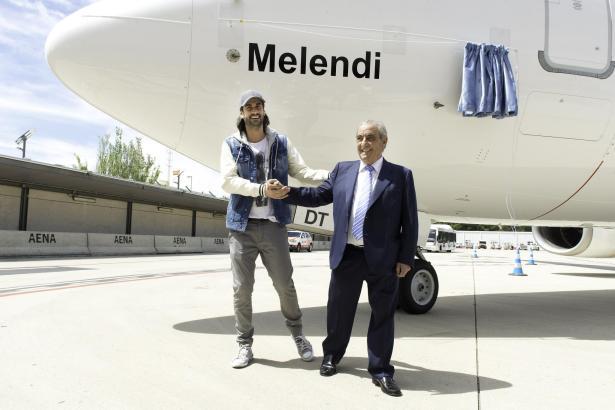 """Globalia-Präsident Juan José Hidalgo (r.) und Meldendi """"tauften"""" die Maschine gemeinsam auf den Namen des Musikers."""