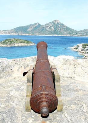 Die Kanone auf dem Dach beherrscht den Kanal von Dragonera und die kleine Insel Pantaleu.