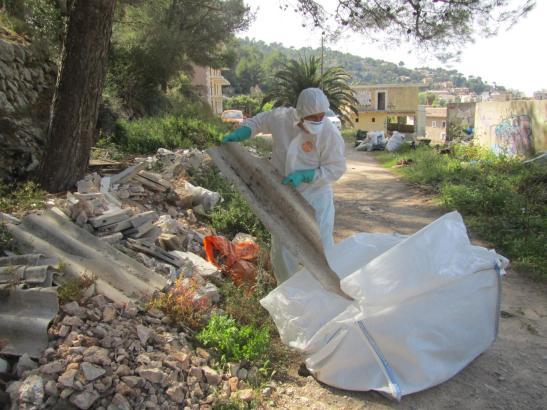 Mitarbeiter der Gemeinde haben mit den Aufräumarbeiten begonnen.