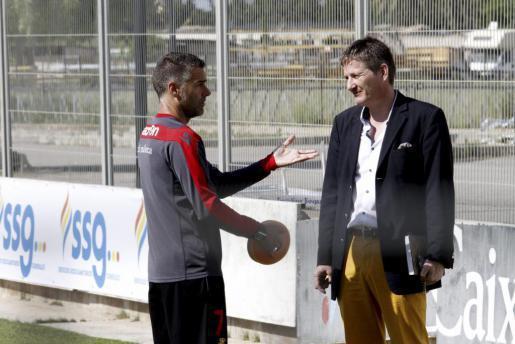 Michael Blum (r.) im Gespräch mit Reañ-Mallorca-Trainer Lluís Carreras.